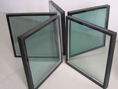 Five pieces of insulating glass are put on the table, and its frame is wrapped with black butyl sealant.
